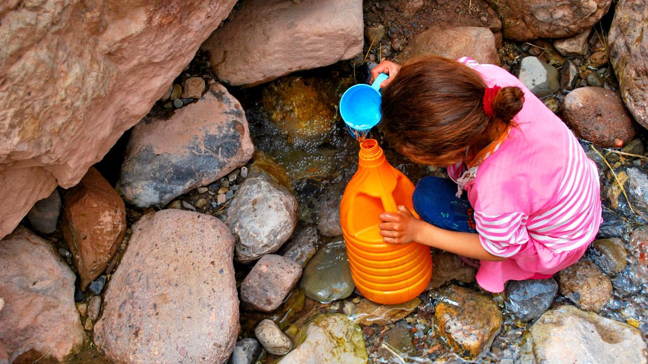اطفال في أعالي الجبال
